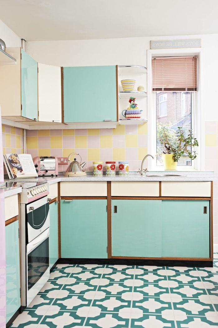 cuisine design année 70meuble bas bleu plan de travail marbre credence carrelage rose et jaune sol carrelage blanc et vert