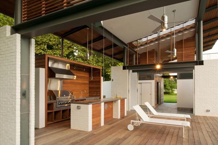 cuisine extérieure couverte design extérieur moderne terrasse en bois agencement cuisine blanc et bois avec îlot central