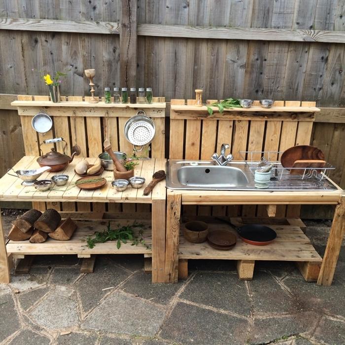 cuisine exterieur en palette bricolage construction petite cuisine en palette meuble évier plan de travail planches de bois