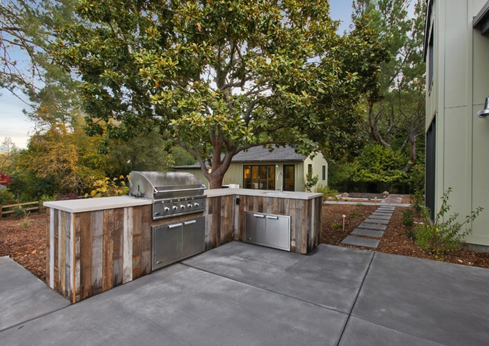 cuisine exterieure complete décoration jardin cour arrière espace culinaire extérieur grosses dalles béton aspect meubles bois