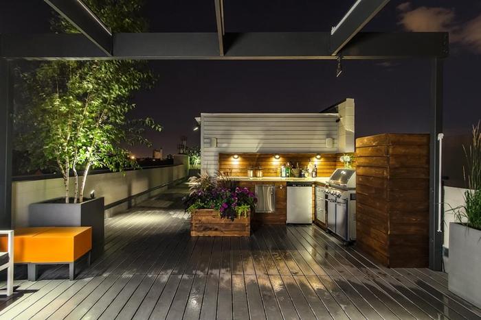 cuisine exterieure design moderne style contemporain revêtement mur bois foncé crédence aspect bois éclairage crédence terrasse bois blanc