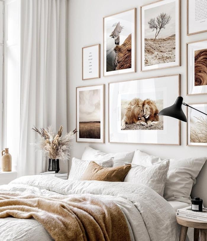 décoration chambre adulte couleurs neutres cadre photo original lampe de chevet noire vase noir rideaux blancs table de chevet bois