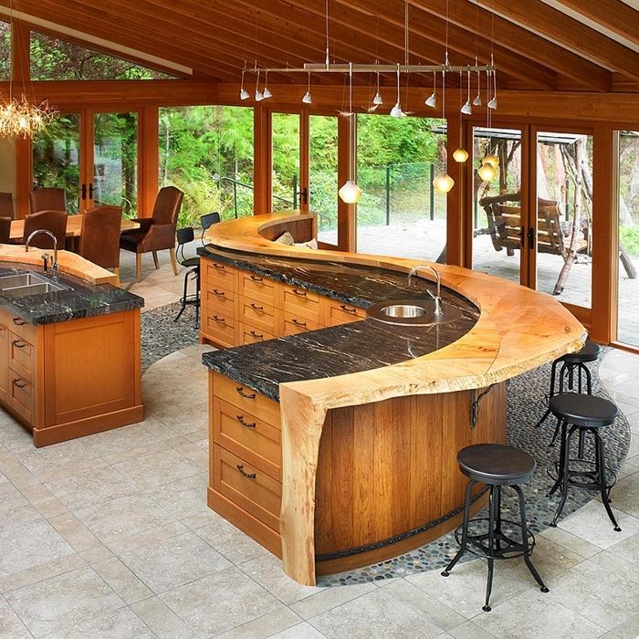 décoration extérieure style moderne rustique îlot marbre noir et bois brut evier exterieur agencement cuisine avec bar îlot