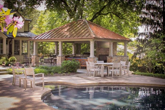 décoration jardin avec cuisine d été avec piscine meubles extérieur chaises en bois table à manger bois blanc arbustes
