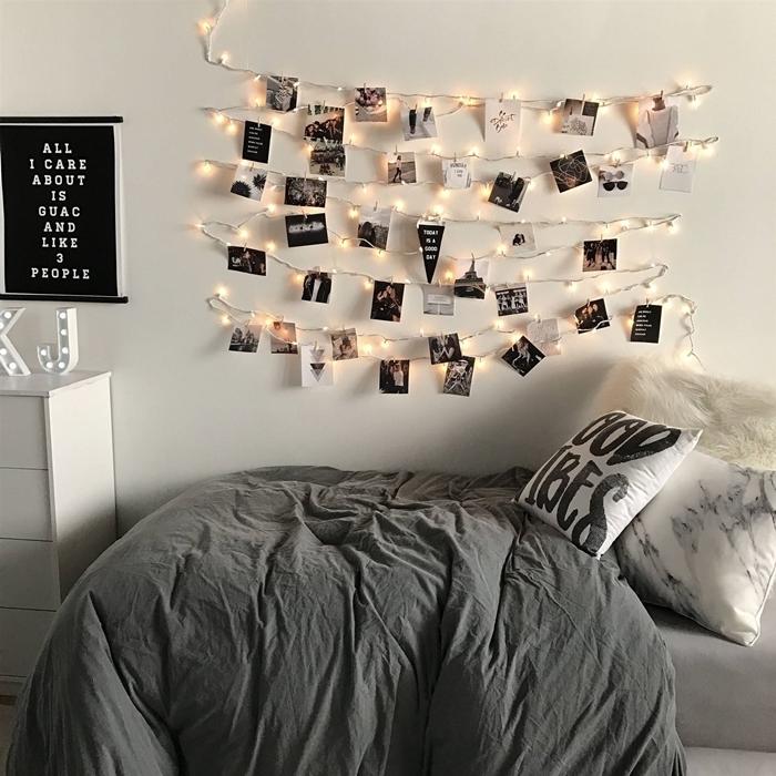 décoration murale chambre ado guirlande lumineuse accroche photos pinces bois couverture de lit gris anthracite coussin marbre