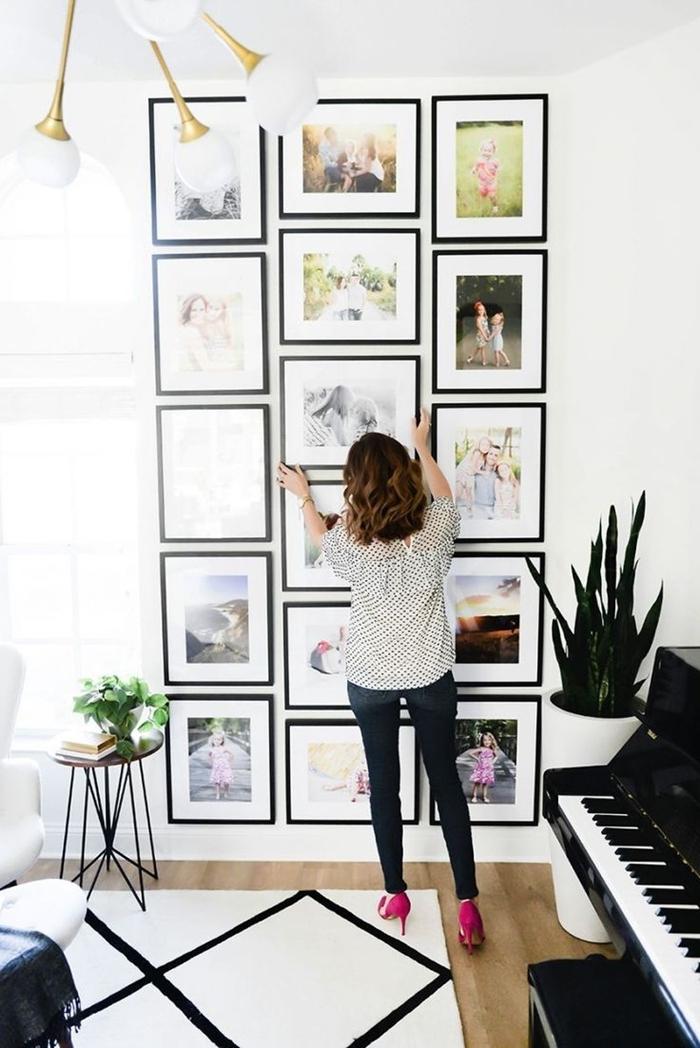 décoration murale chambre adulte luminaire blanc et or tapis blanc et noir motifs géométriques table noire plante verte d intérieur