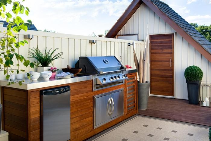 décoration petite cuisine jardin meubles bas bois foncé inox équipement plan de travail exterieur blanc carrelage beige