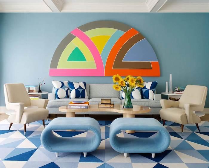 déco année 70 avec des meubles arrondies blanc et bleu canapé à rayures coussins et tapis geometrique deco murale colorée deco vintage chic