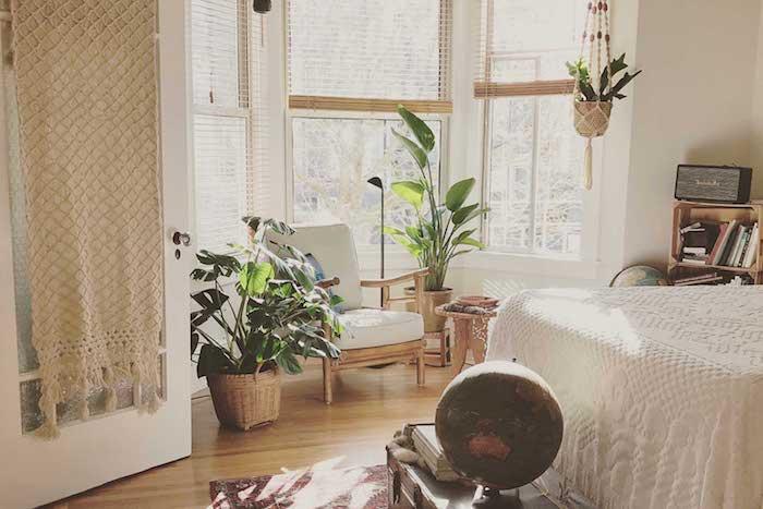 déco année 70 de chambre à coucher adulte avec couverture de lit tricot meuble rangement livres en caisses de bois autres elements deco rotin et diy deco macramé