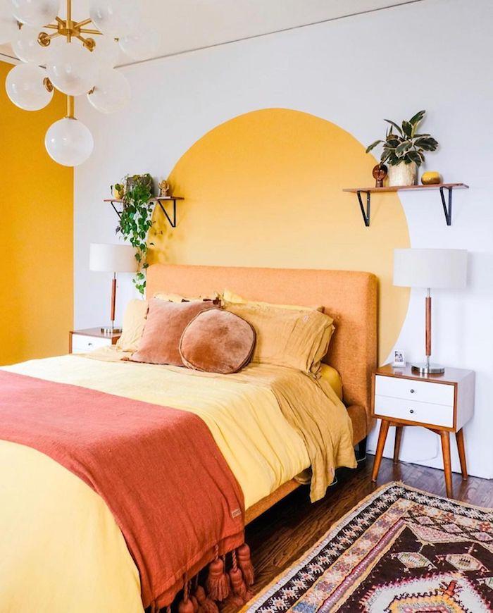déco année 70 deco chambre vintage lit orange linge de lit jaune orange et marron tapis coloré tete de lit en peinture jaune et mur d accent jaune
