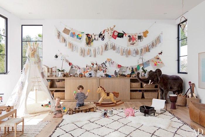 déco avec tipi dans la chambre tapis blanc et noirs lignes salle de jeux enfant meuble rangement jouet beau intérieur