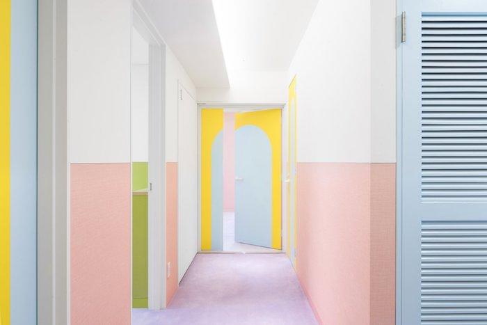 déco couloir étroit coloré soubassement peinture rose saumon sol violet clair et portes bleu et jaune idée couloir repeint coloré