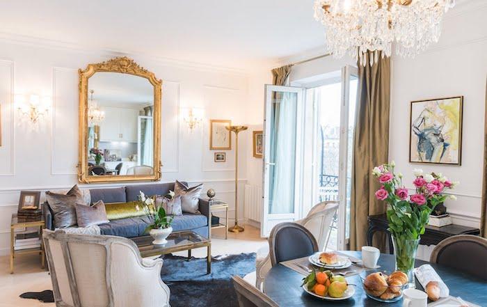 déco salon salle à manger en bleu de gris avec des murs blancs miroir à encadrement doré chaise haussmannien design idée intérieur de luxe amenagement appartement design