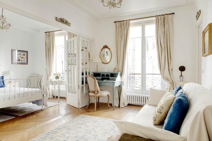 déco vintage chic dans un appartement parisien en mobilier blanc style baroque coin bureau à secrétaire bleue lit et coiffeuse vintage blancs