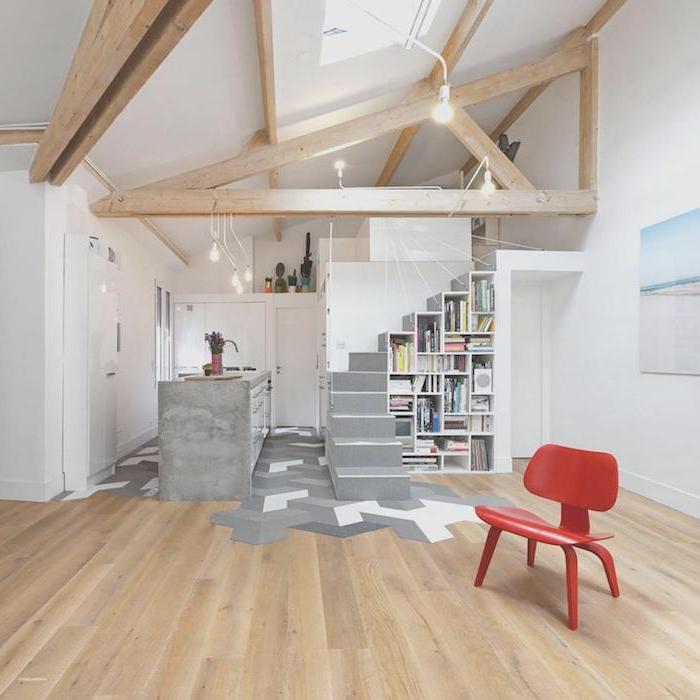 décoration d appartement parquet bois étagère bibliothèque sous escalier ilot central beton lit mezzanine et poutres apparentes