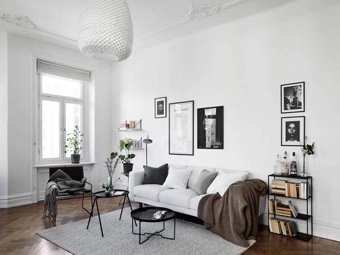 deco chambre noir et blanc peinture murale blanche canapé salon blanc tapis gris clair table basse moderne métal noirci