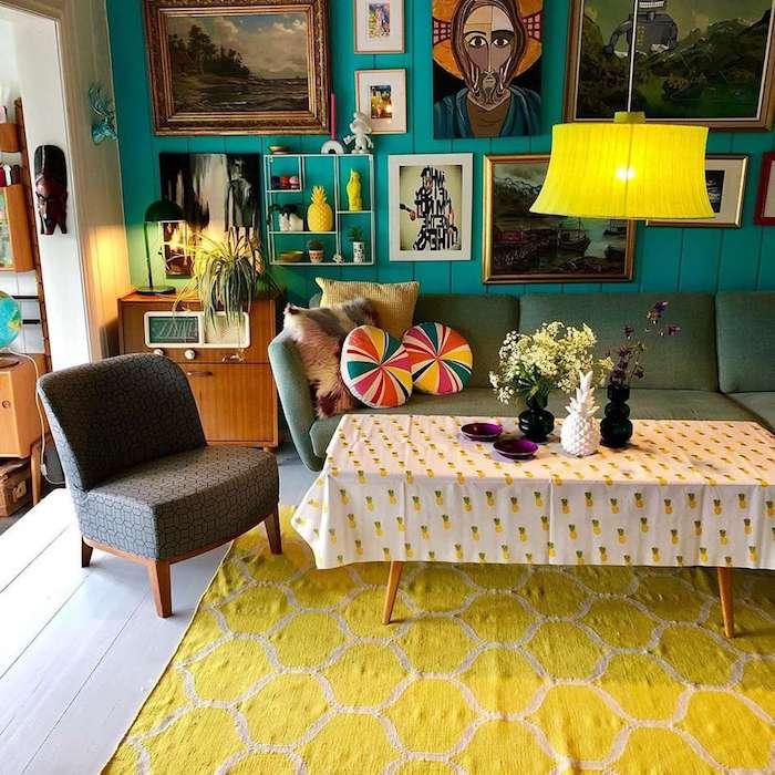 deco chambre vintage artistique avec des objets d art et tableaux artistiques sur les murs canapé gris tapis jaune acidulé meuble bois vintage