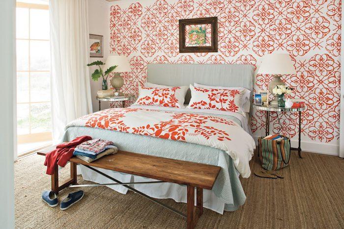 deco chambre vintage style seventies avec motif papier peint floral0et0linge de lit floral lit sur tapis jute tables de service metalliques