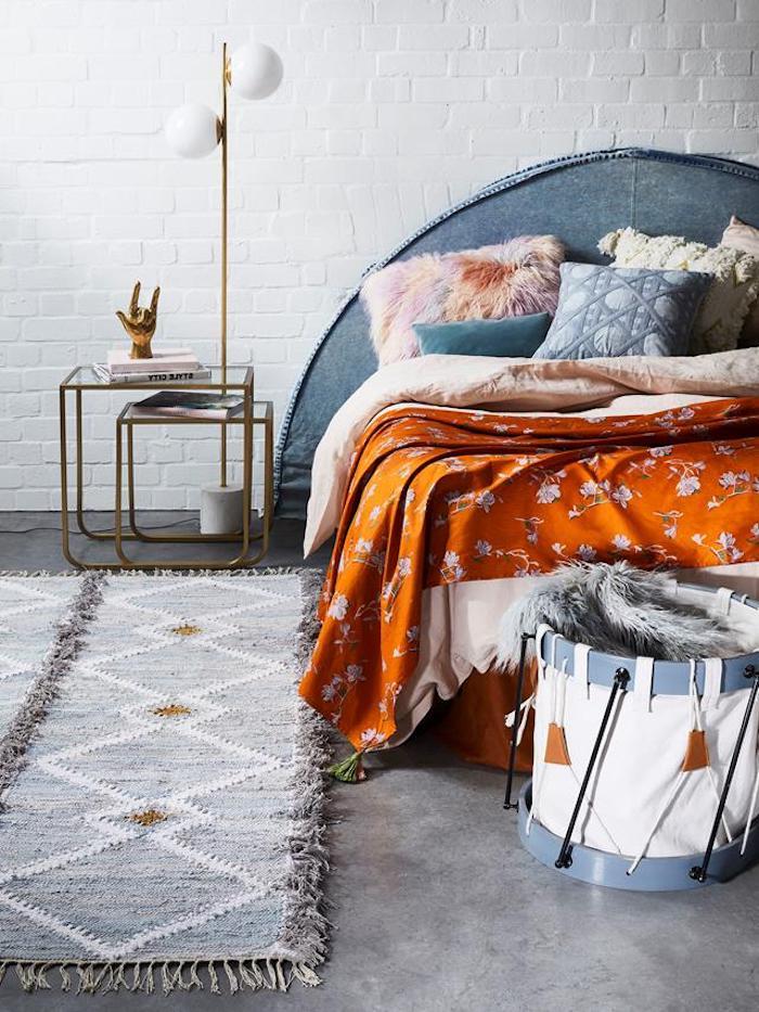 deco chambre vintage theme annee 70 linge de lit et coussons multicolores style boheme tete de lit matelassée mur de briques blanchi tapis gris