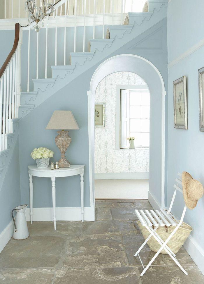 deco entrée couloir de couleur bleue sol en pierre chaise pliante bois blanchi table d entrée blanche d appoint vintage