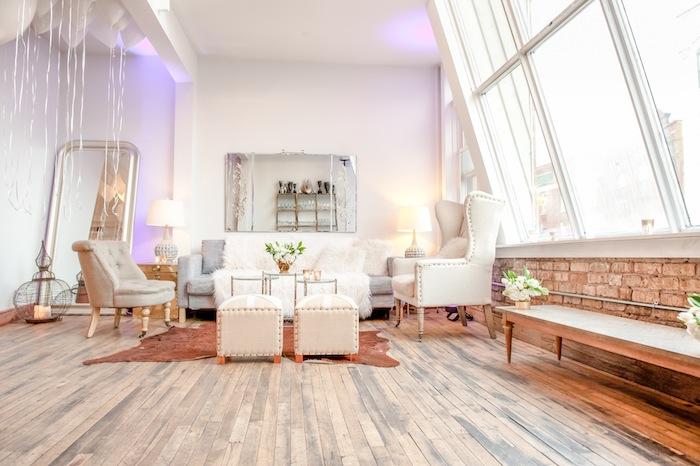 deco loft parisien style glamour parquet brut canapé gris avec jeté fourrure canapés tabourets gris et blanc confortables grand miroir