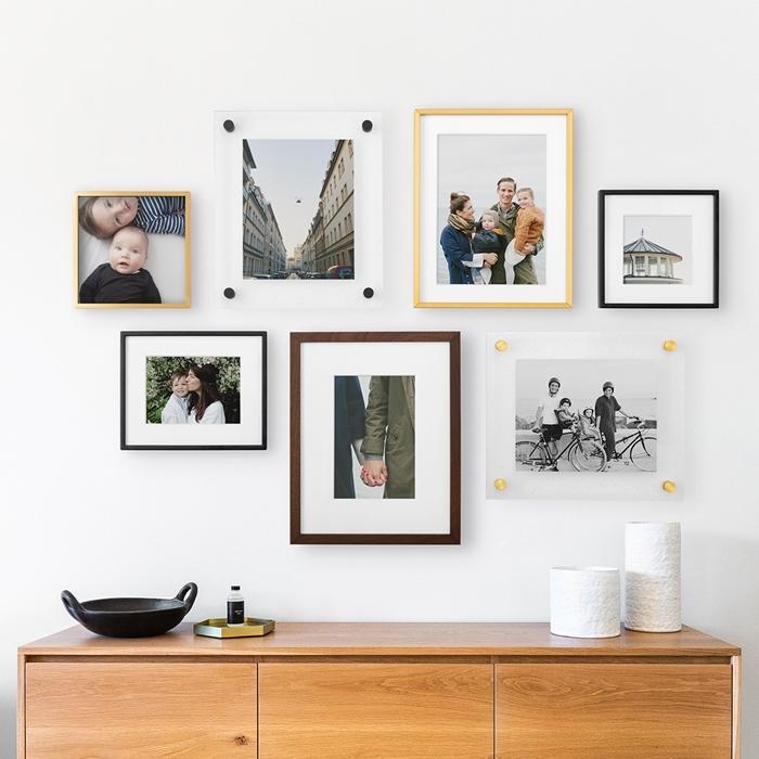 deco mur blanc originale avec photos en famille cadres photos bois commode bois clair salon intérieur accessoires