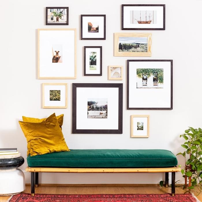 deco murale originale banquette pieds noirs coussin couleur jaune moutarde plante verte d intérieur cadre photo bois