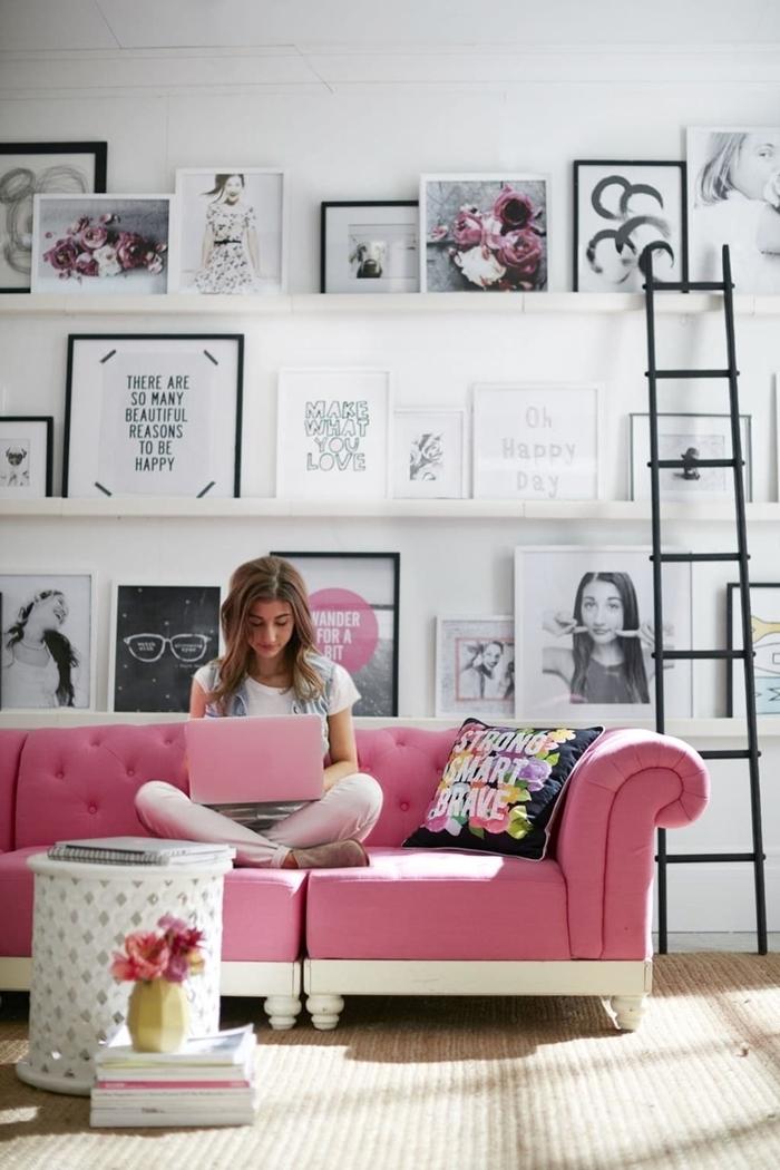 deco murale salon canapé rose boutonné table café ronde blanche étagère bois blanc échelle coussin décoratif multicolore