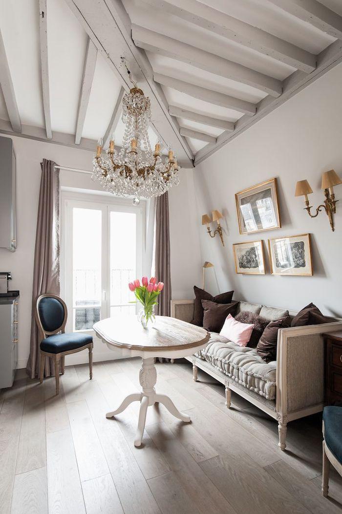 deco petit appartement avec canapé gris parquet bois clair déco murale de cadres noir et blanc rideaux gris style vintage chic