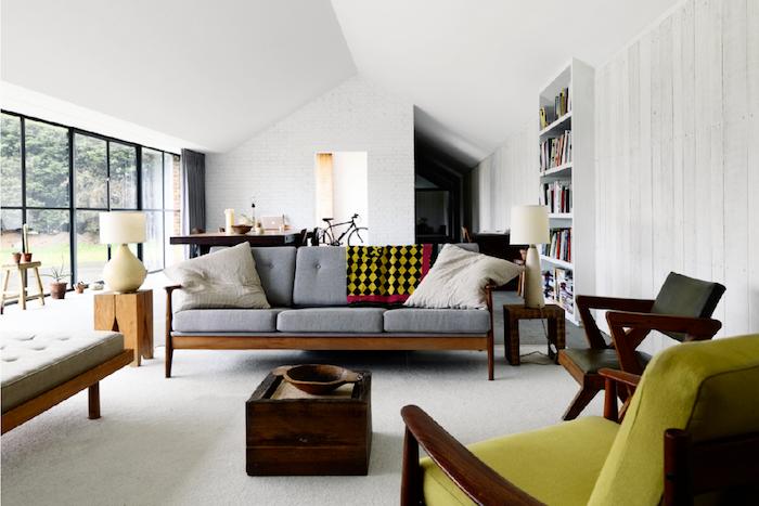 deco salon moderne avec des accents motif année 70 meubles de bois chinés fauteul vert sauge accents retro chic