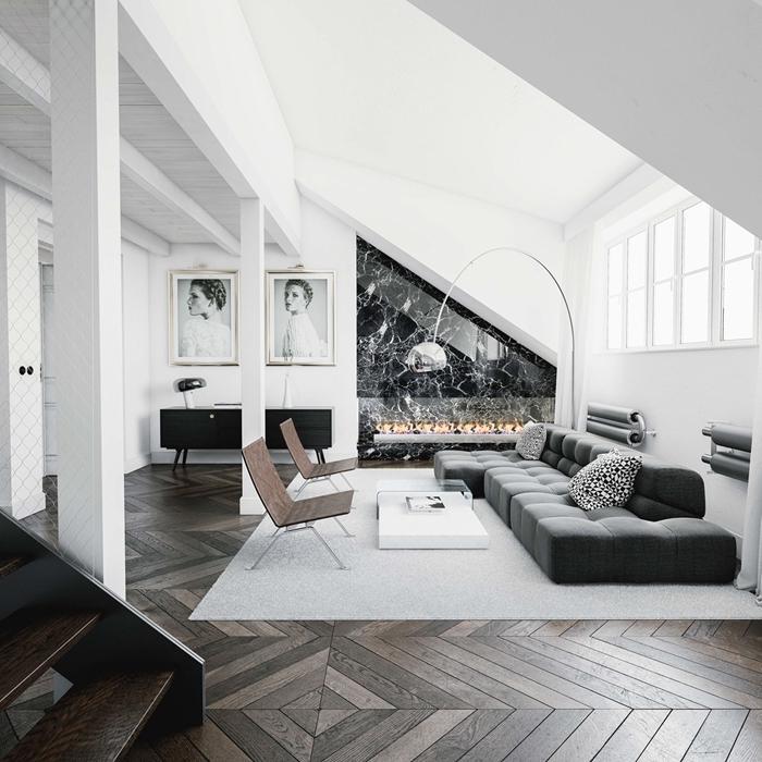 deco salon noir et bois sous pente cheminée marbre noir et blanc lampe sur pied argent chaise design bois foncé tapis blanc