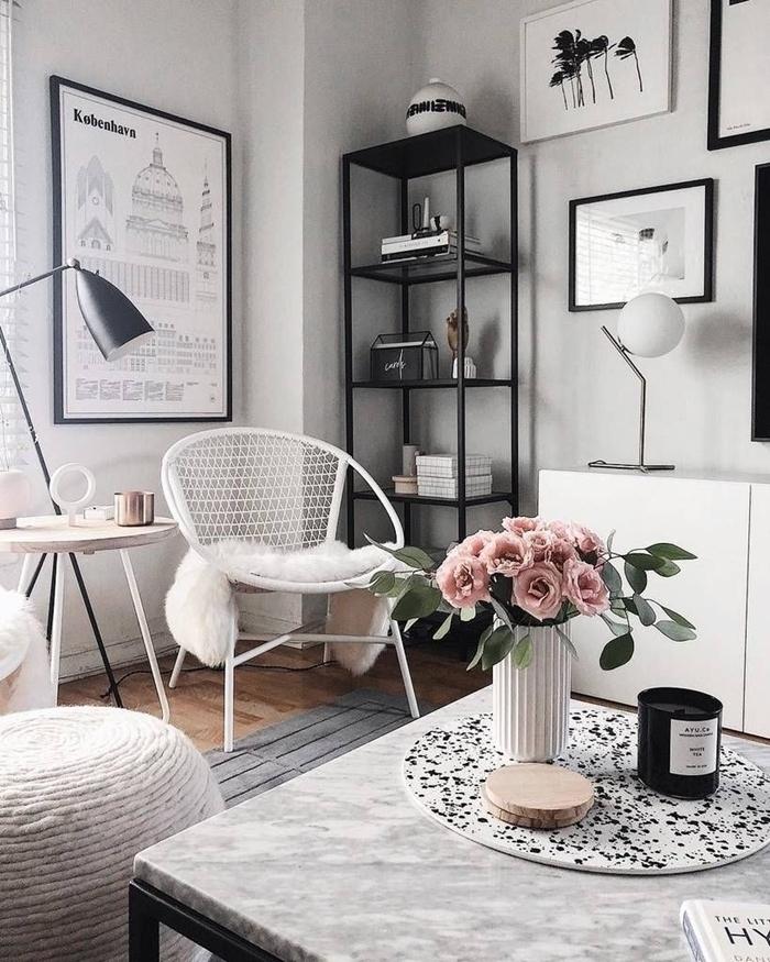 deco salon noir et bois table basse marbre et noir vase origami blanc bouquet de roses bougie mur de cadres blanc et noir