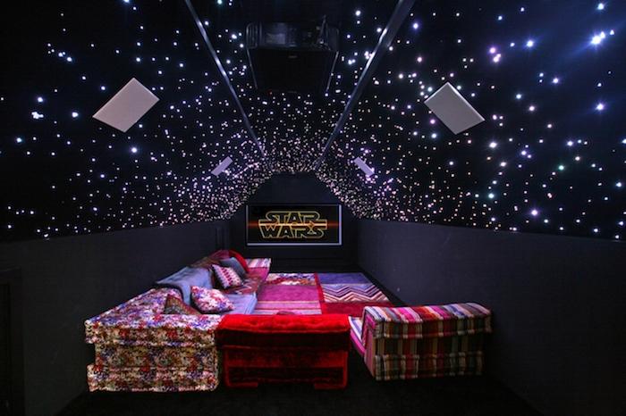 deco star wars soirée avec canapé marocaine plafond noir illuminé par petits etoiles plafond salle de bain décoration de plafond style rustique