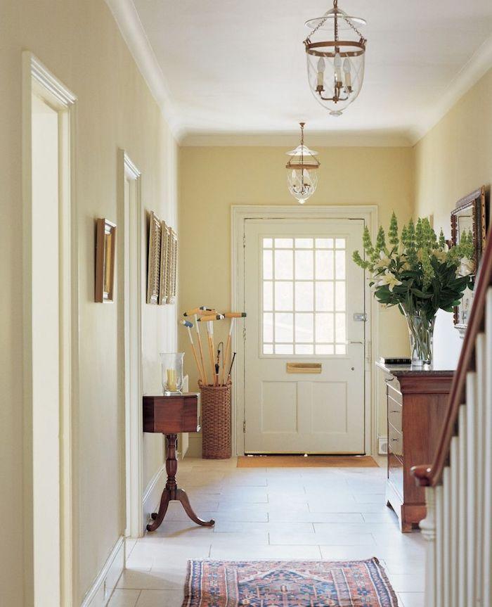 decoration couloir d entrée aux murs peinture beige meuble entrée bois idée deco maison traditionnelle