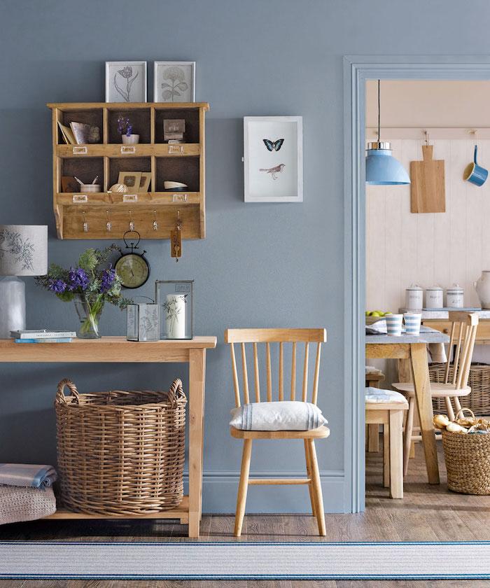 decoration couloir d entrée bleu ciel avec chaise et meuble console d entrée bois panier tressé tapis bleu et gris idee deco style rustique chic