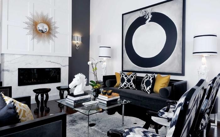 decoration salon design moderne cheminée marbre blanc table basse verre tapis moelleux blanc canapé noir velours