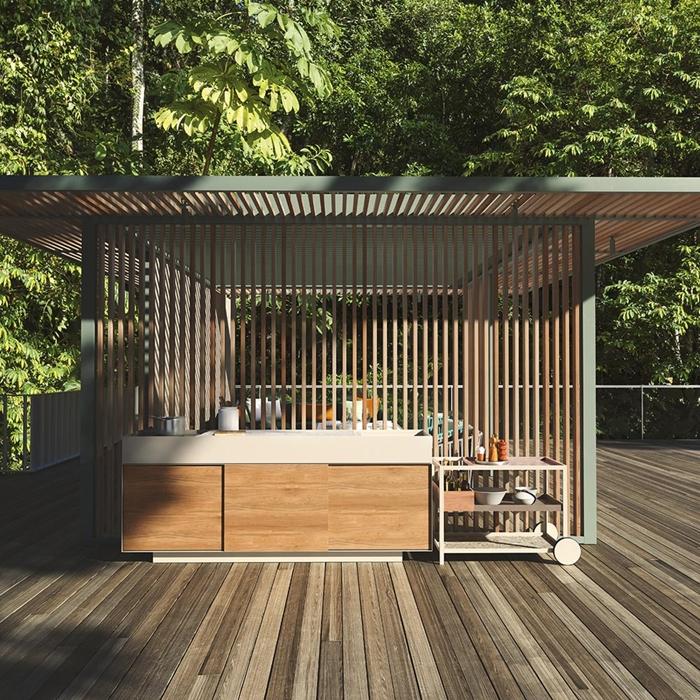 design cuisine exterieure bois terrasse bois foncé agencement cuisine avec îlot en blanc et bois meuble extérieur rangement