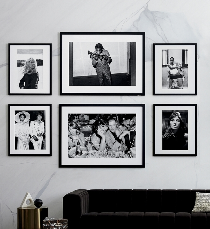design intérieur canapé velours noir style moderne table ronde dorée accessoires deco murale salon photos blanc et noir