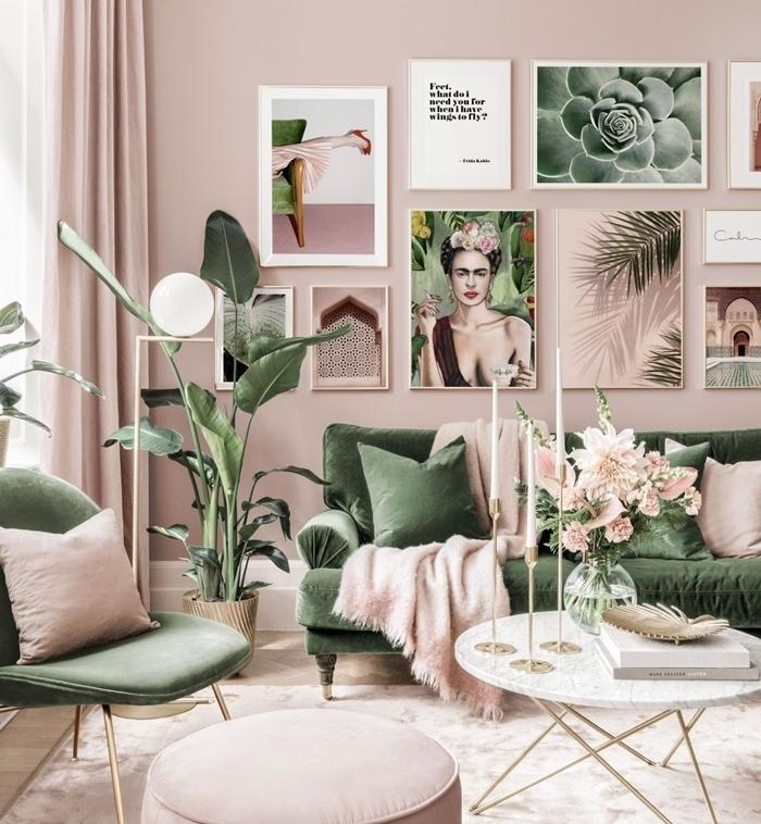 design intérieur couloirs tendance pièce vert et rose pâle idee deco mur salon cadres art canapé vert table basse marbre et or