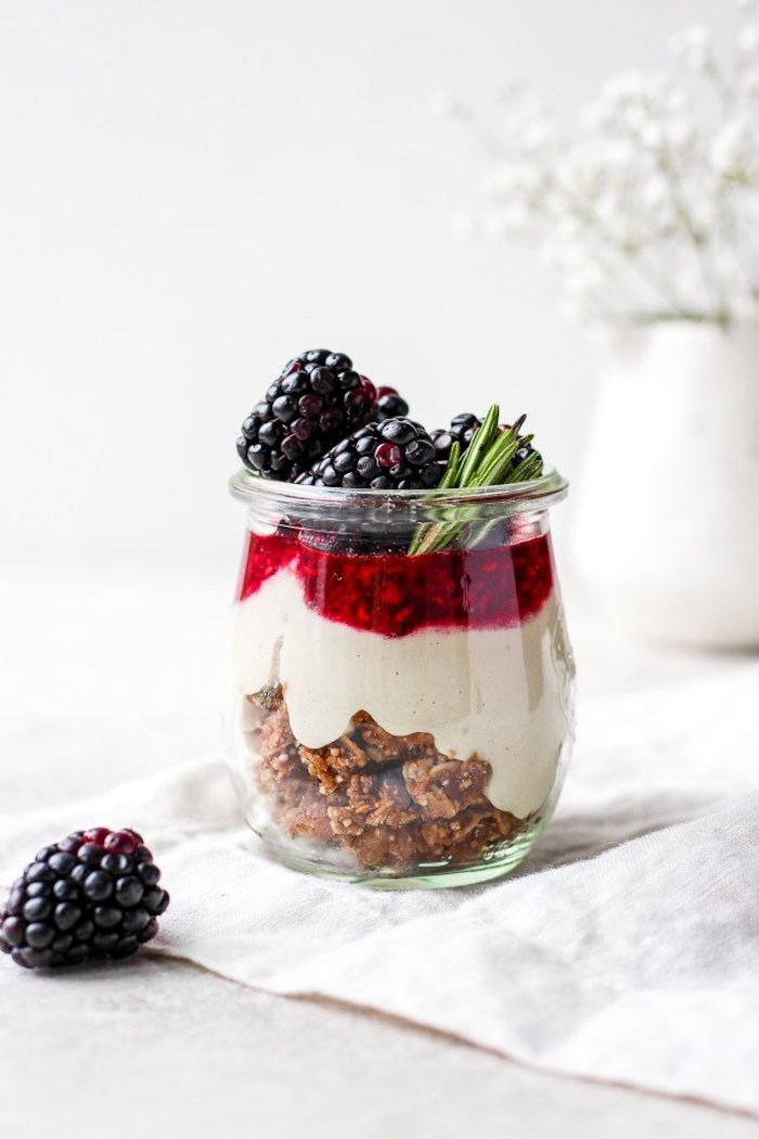 dessert vegan de noel à la granola yaourt vegan confiture de mûres idee repas de noel original verrine