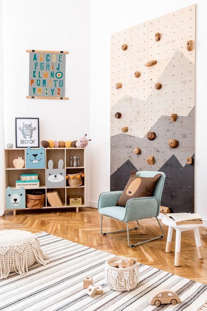 enfant salle de jeux enfant bac rangement jouet originale idee pour les petits mur escalade ourson coussin