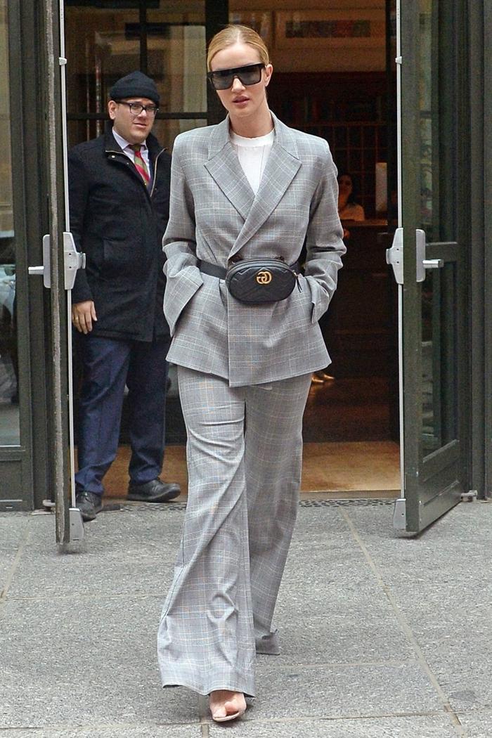 ensemble gris clair prince de galles costume t shirt blanc femme classe sandales lunettes de soleil noire vêtements élégants