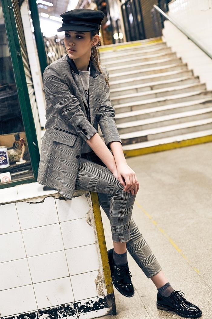 escarpins noir prince de galles costume femme t shirt gris style vestimantaire femme élégante comment assortir les couleurs de ses vêtements
