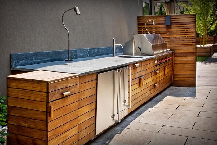 evier exterieur agencement cuisine en longueur étroite décoration cuisine bois marron et inox crédence carrelage bleu effet marbre