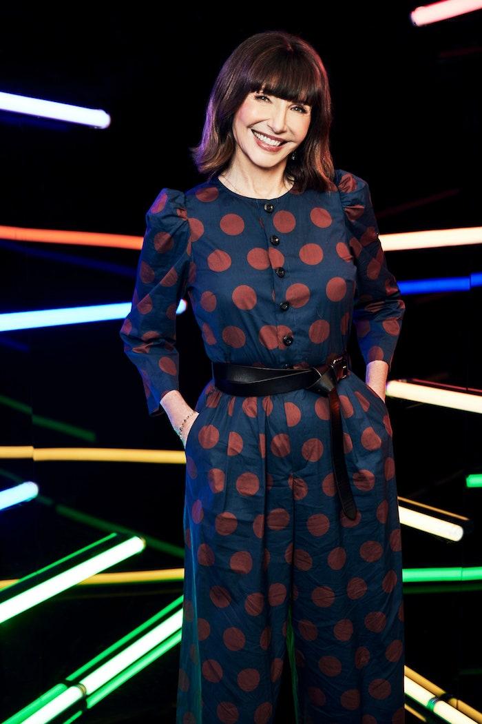 exemple costume tenue élégante femme combinaison bleu à pois rouges et ceinture cuir