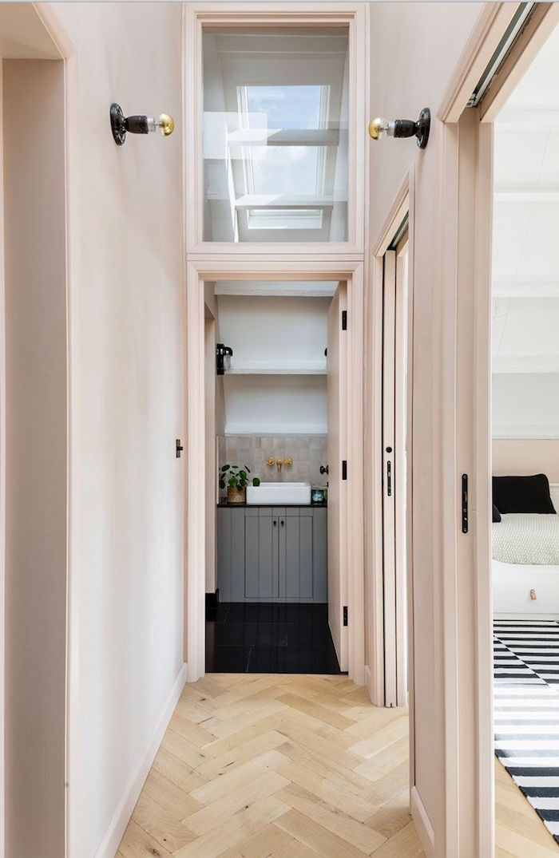 exemple couleur peinture couloir rose pale ouverture sur salle de bain gris et blanc sol carrelage noir parquet bois clair