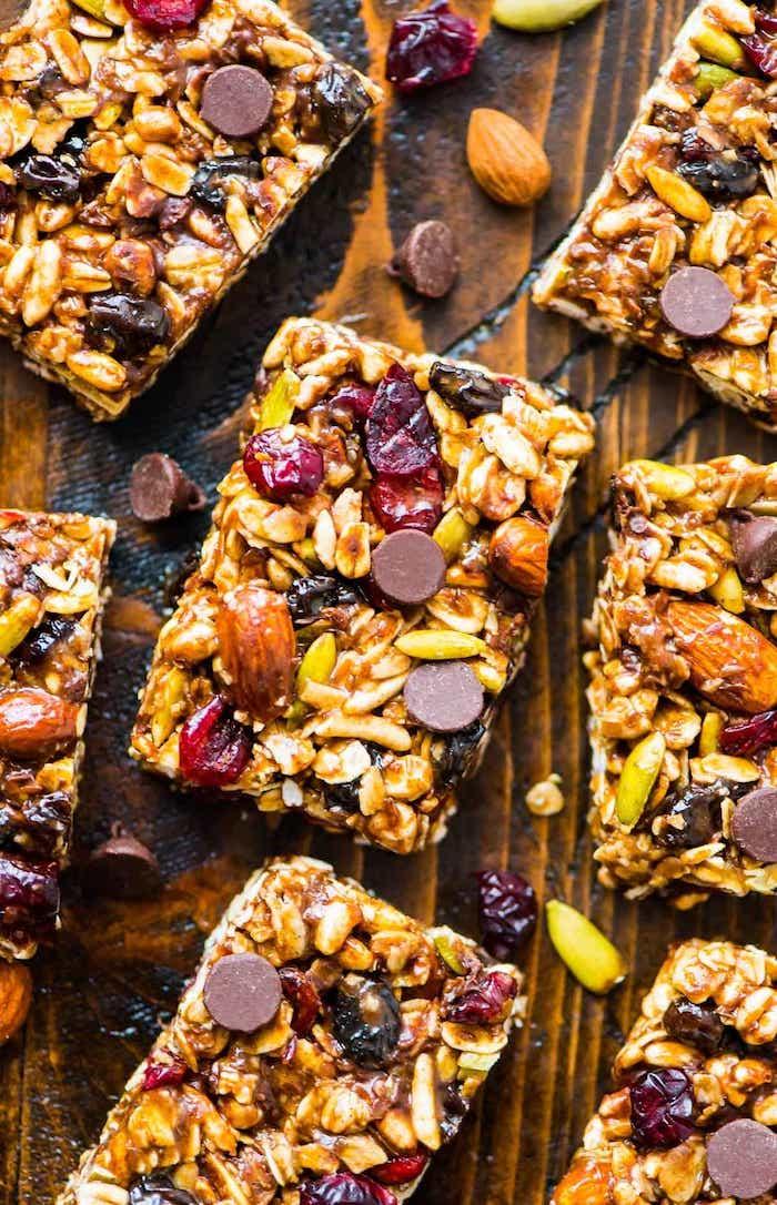 exemple de barre protéinée maison à base de flocons d avoine riz soufflé noix fruits secs graines et pepites de chocolat barre granola maison