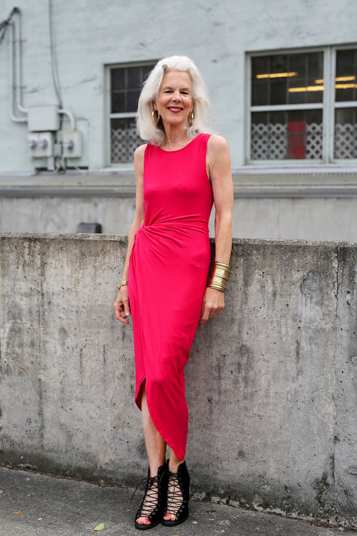 exemple de robe fuchsia robe fourreau femme idée garde robe idéale femme 70 ans