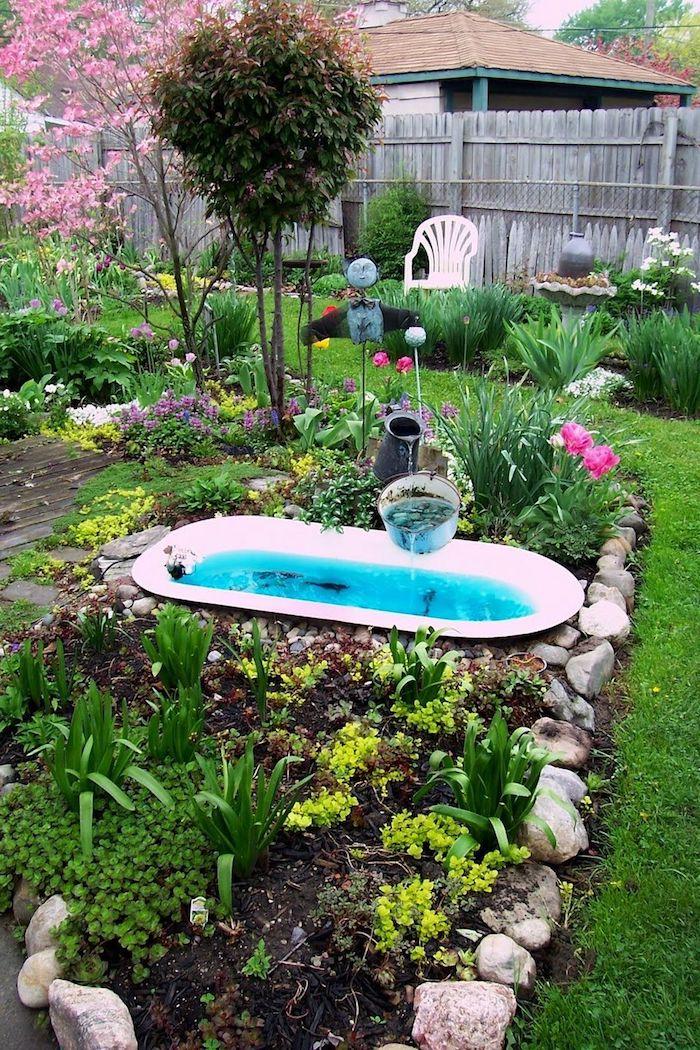 exemple original deco jardin parterre de fleurs avec bassin exterieur fabriqué dans une baignoire terrasse de jardin bois