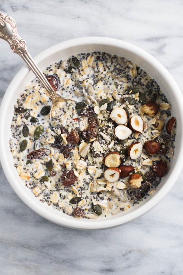 exemple petit dejeuner flocons d avoine avec des noisettes graines de chia lin potiron et autres graines healthy repas riche en bonnes graisses petit dejeuner cetogene